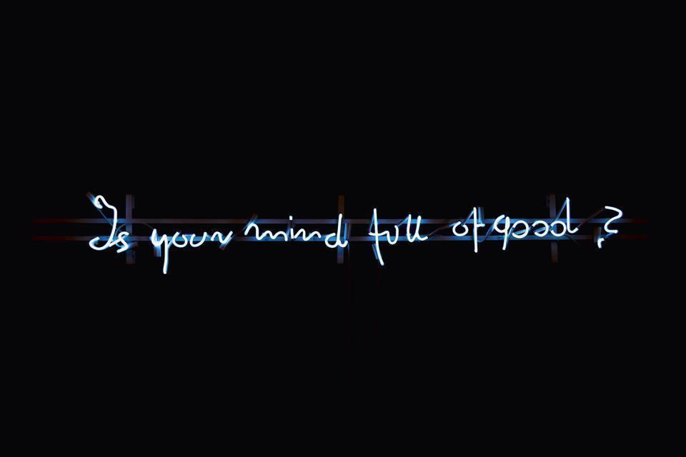 """Podświetlony na niebiesko neon z napisem """"Is your mind full of good?"""""""