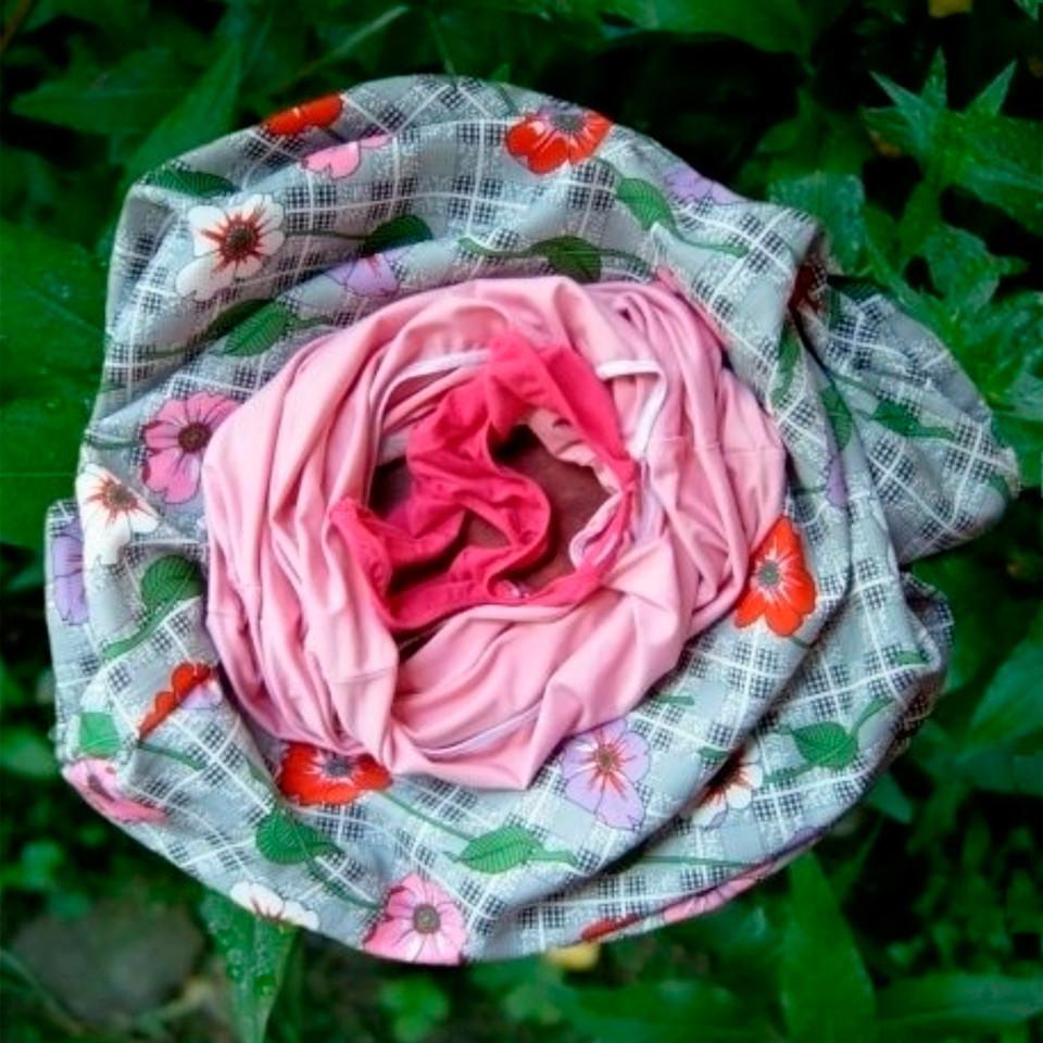 kolorowe materiały ułożone w formie kwiatu